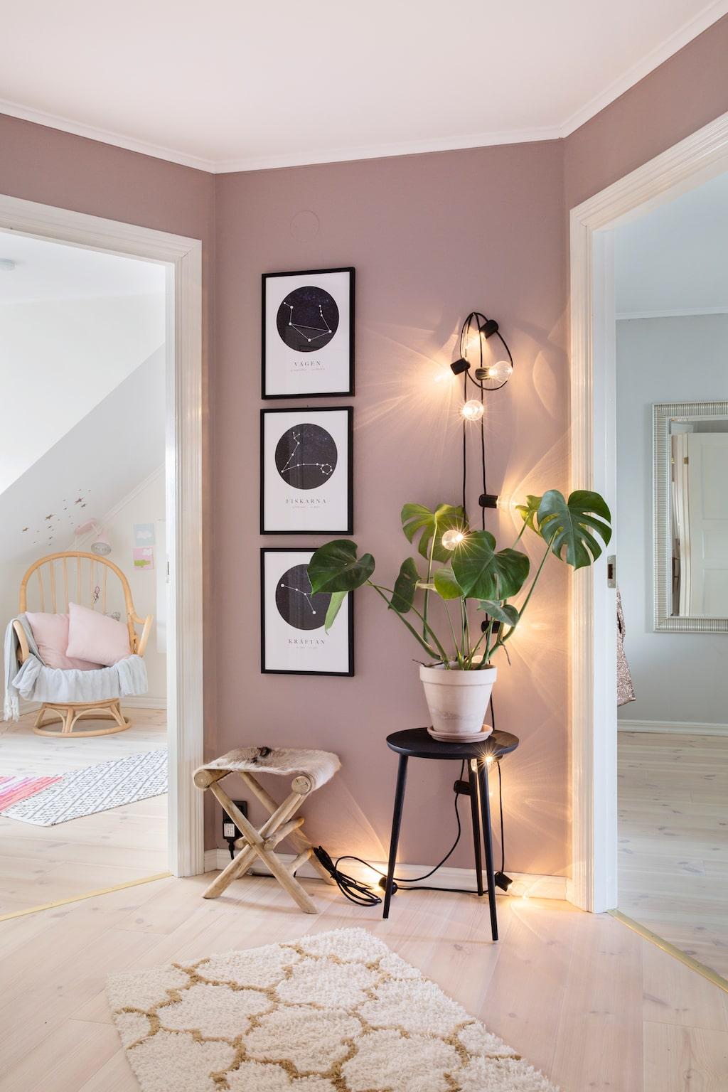 Efter fyra ommålningar blev Lindie nöjd. Då hade övre hallen fått den helmatta kulören 'Dusty Pink' från Lady.