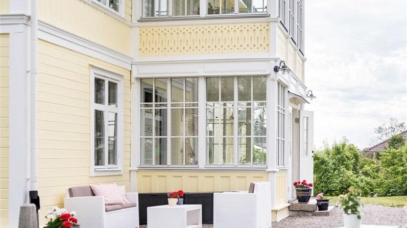 Det gula huset i Fagersta är byggt 1880 och är på totalt 230 kvadratmeter. Priset ligger på 2,7 miljoner. Bara köket är stort som en liten tvåa i Stockholm för samma pris.