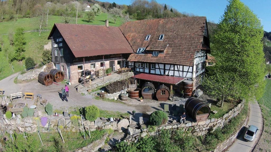 Hotellet Schlafen im Weinfass ligger i den tyska byn Sasbachwalden.