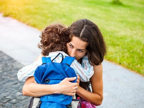 Barn med separationsångest  känner stor ängslan inför att skiljas från en närstående.