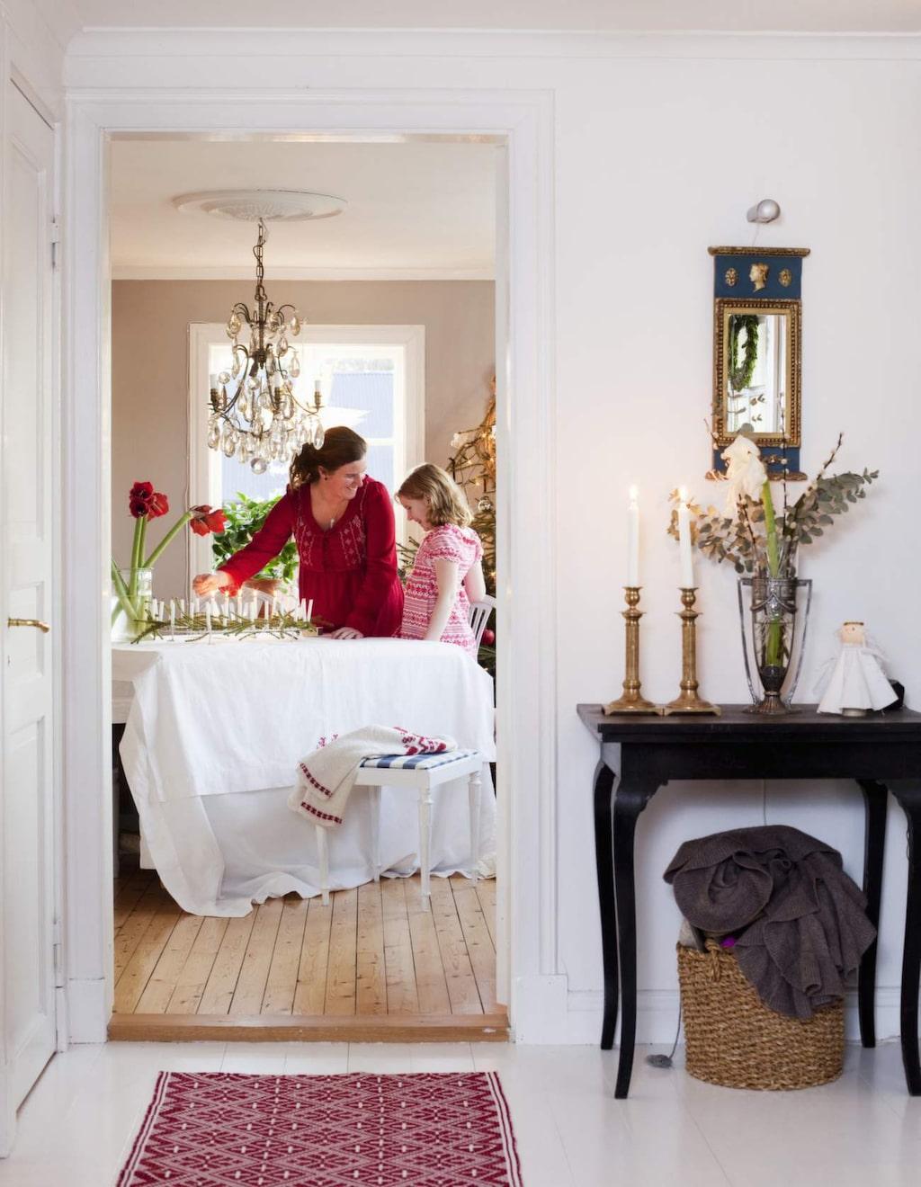 Gamla linnelakan passar perfekt som julduk. Julfin hallmatta från Nyblom & Kollén, finns hos Utängs antik.