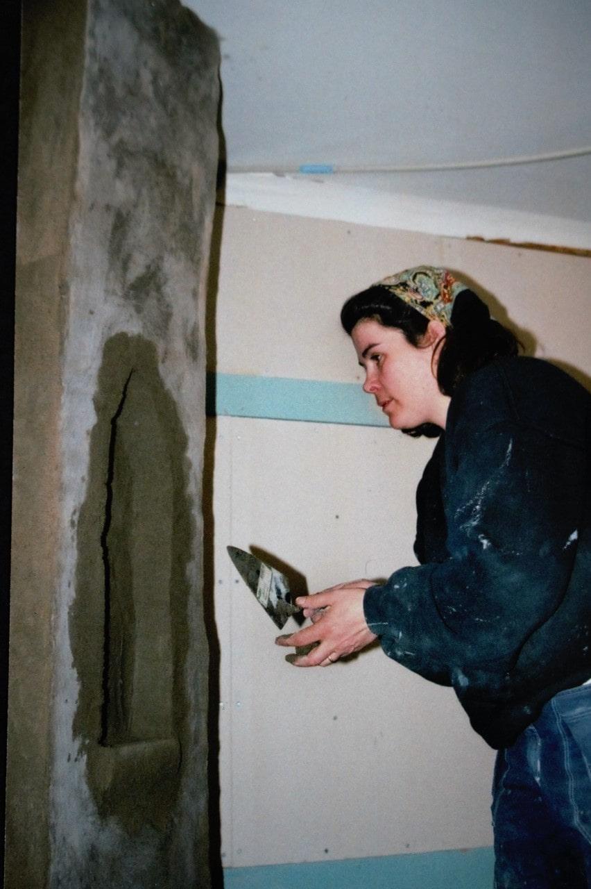 Rebecca lärde sig att göra det mesta själv. Här murar hon en sättugn.