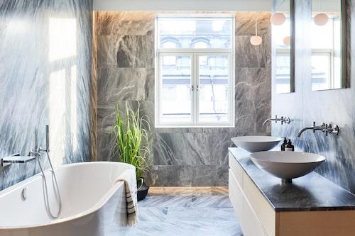 Lägenhetens största badrum...