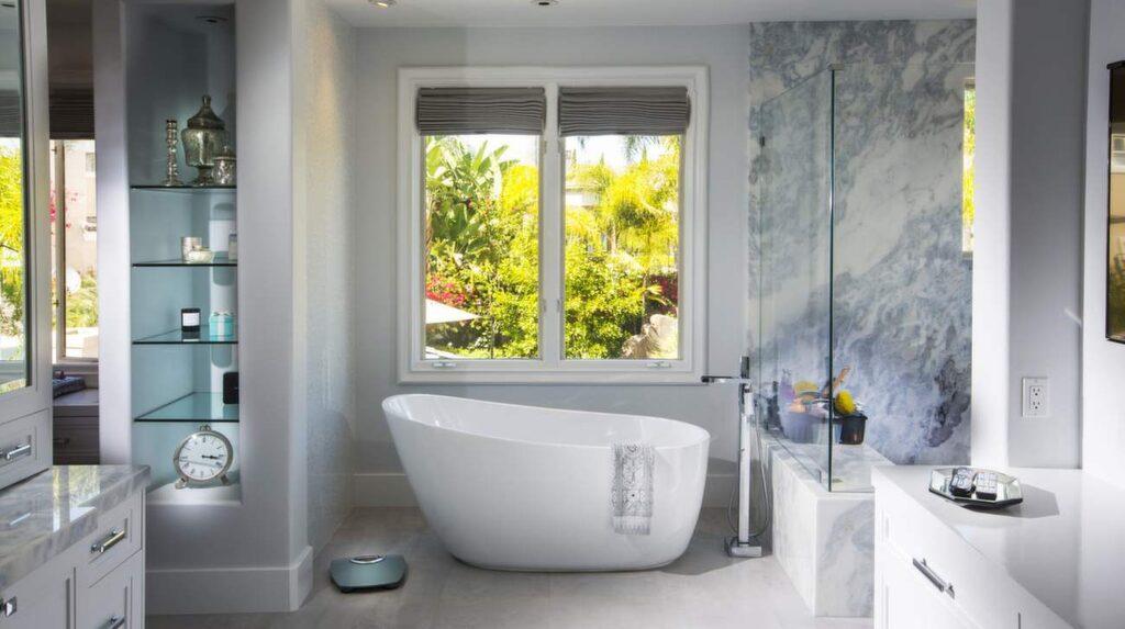 Badrummet i övervåningen på huset är sprillans nyrenoverat i ljusa stilrena färger.