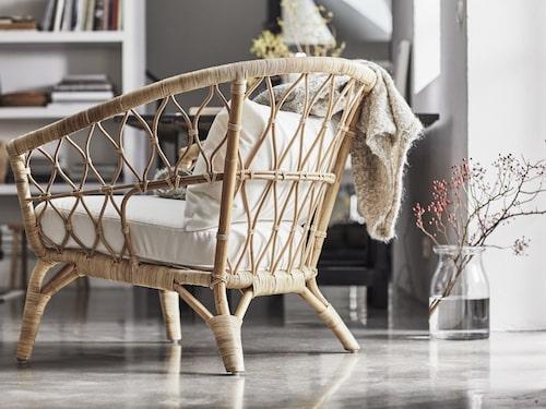 Rotting är ett taktilt naturmaterial som används i kollektionen. En av Ikeas designer åkte till fabriken i Indonesien för att samarbeta med de lokala hantverkarna för att säkra bästa möjliga kvalitet. Fåtölj i handgjord rotting, 1495 kronor.