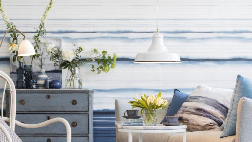 <p>Blått och akvarell. Ett somrigt vardagsrum där den vågiga fondtapeten sätter stilen. Tapet Eco earth water line från Mr Perswall. Soffbord Accent med marmorskiva från Inneboende.<br></p>