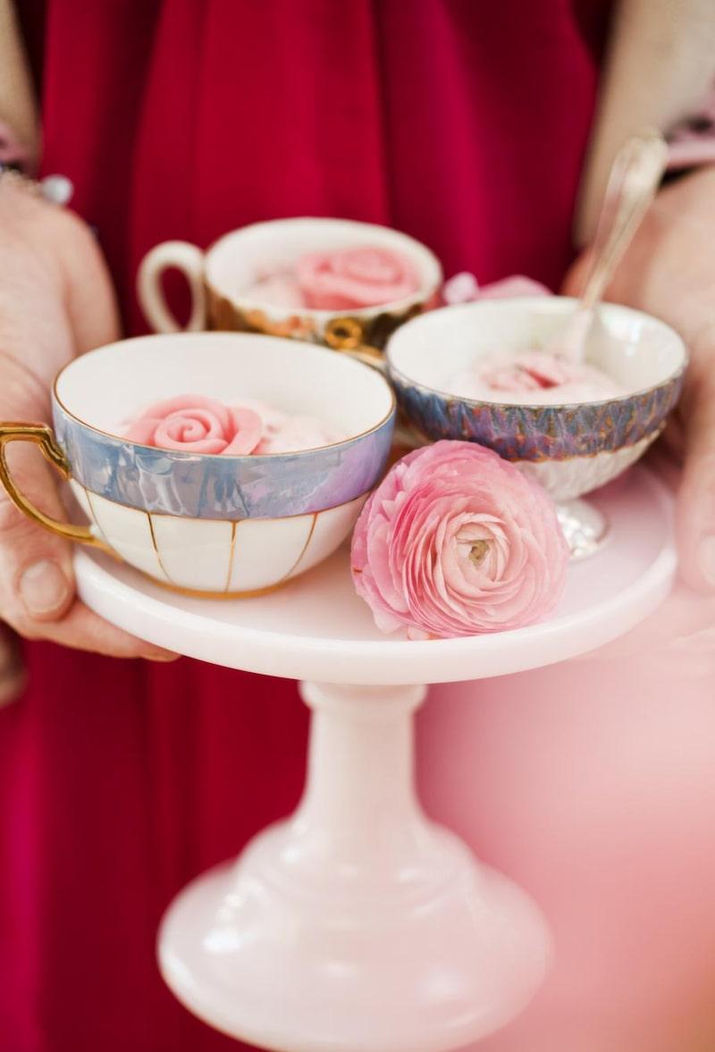 <strong>Sött i rosa</strong><br>Servera smarrig jordgubbsmousse i små kaffekoppar. Litet tårtfat, 449 kronor, Leilas general store. Kaffekoppar, 20 kronor, Röda korset.